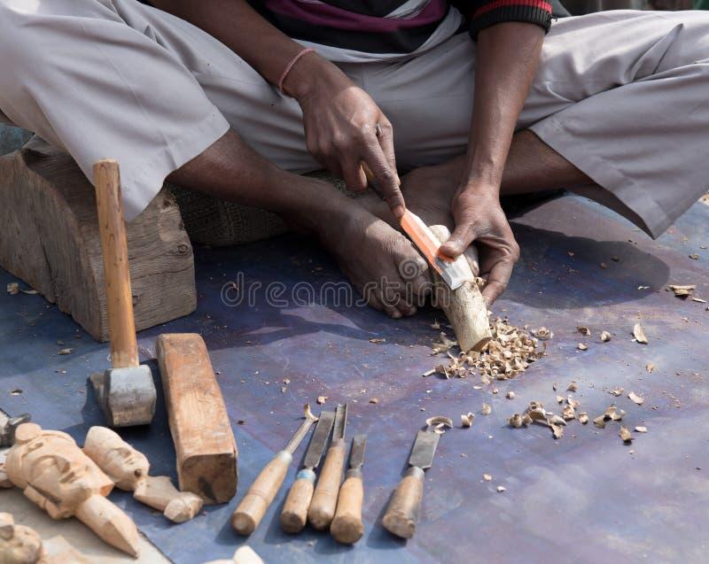 Artysty cyzelowania drewno robić drewnianym rzeźbom zdjęcie stock