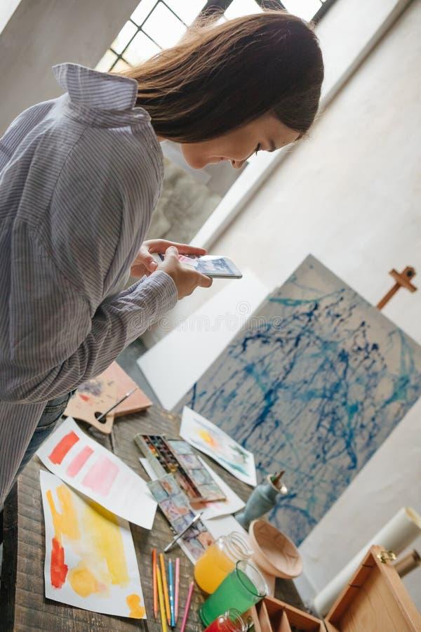Artysty interneta blogger bierze fotografie praca Warsztatowy inspiracja nastrój Backlight Pionowo skład zdjęcia stock
