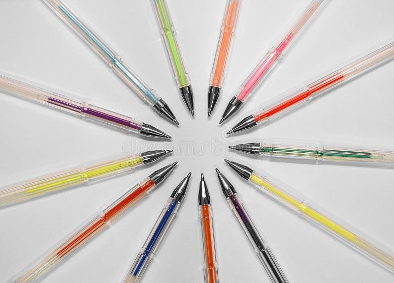 Artysty kolorytu gel piór ołówki uczą kogoś rysunkowego atrament fotografia stock