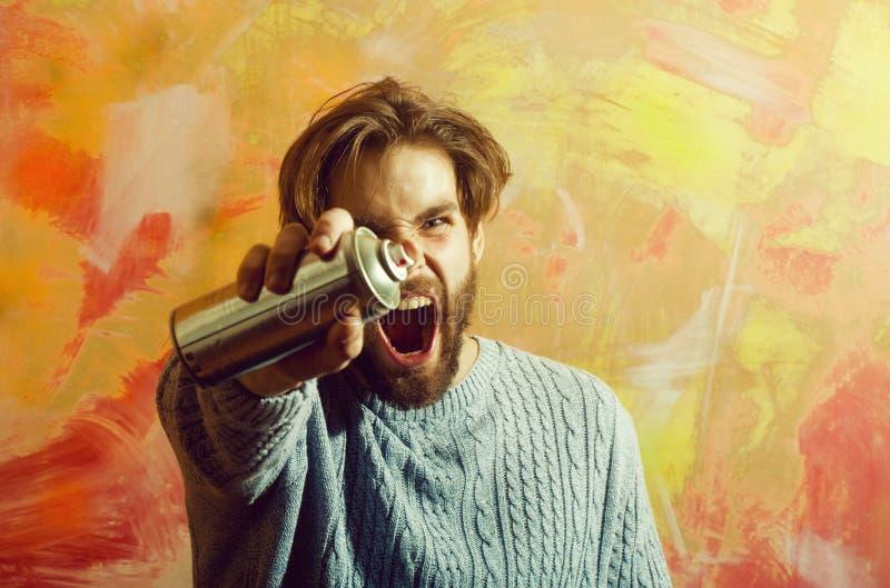 Artysty lub malarza mężczyzna krzyczy z aerosolowej kiści farbą może zdjęcie stock