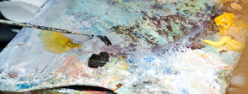 Artysty muśnięcia mieszanka maluje z muśnięciem na palecie Artysty studio Paleta z paintbrush Artysta maluje obrazek nafciane far zdjęcia stock