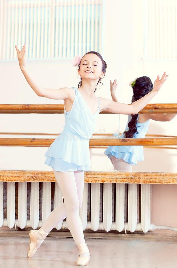 Artystyczna dziewczyna pozuje przy kamerą w balet klasie zdjęcia stock