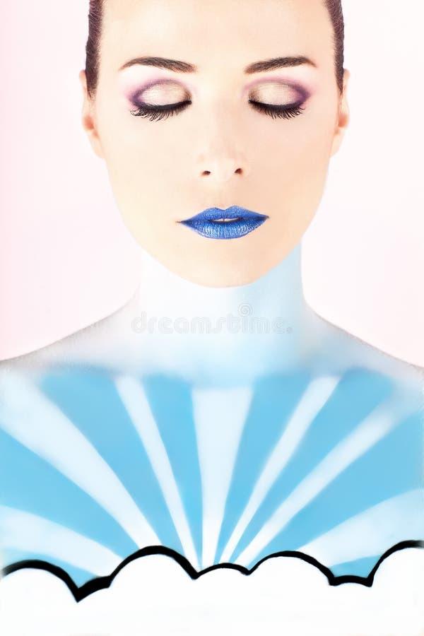 Artystyczna kobieta malował z błękitem reprezentuje niebo obrazy royalty free