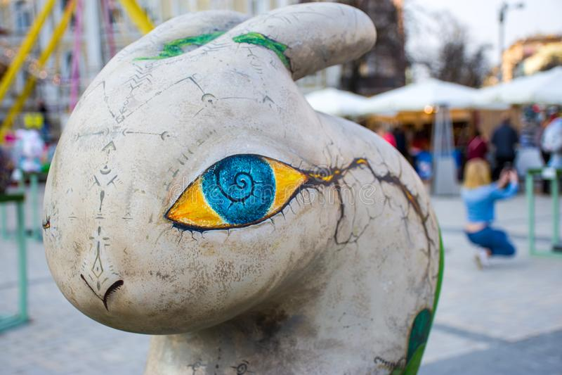 Artystyczna postać Wielkanocny królik w popielatym z dużym kolorem żółtym z malującymi runes i tajemniczymi ocenami i niebieskimi zdjęcie stock