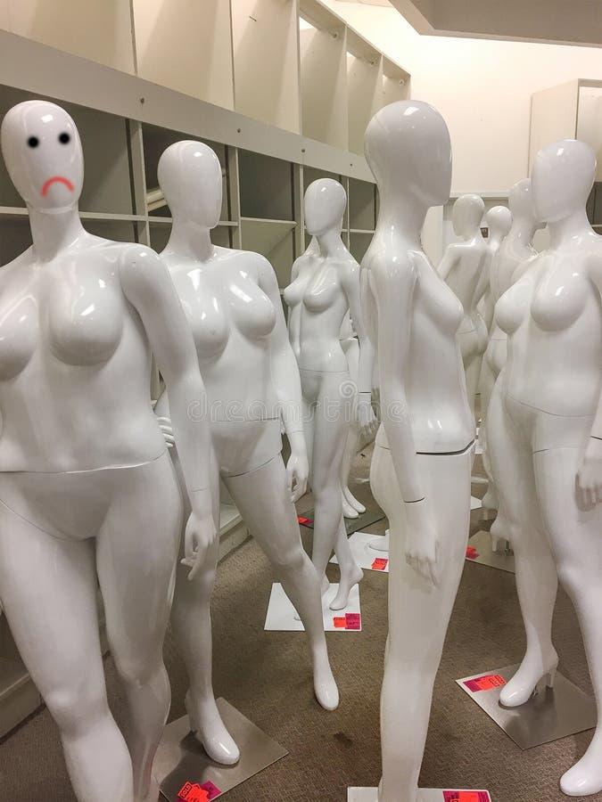 Artystyczna przyglądająca grupa standardowi mannequins fotografia royalty free