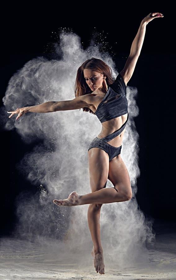 Artystyczna taniec poza używać proszek lub pył obrazy royalty free