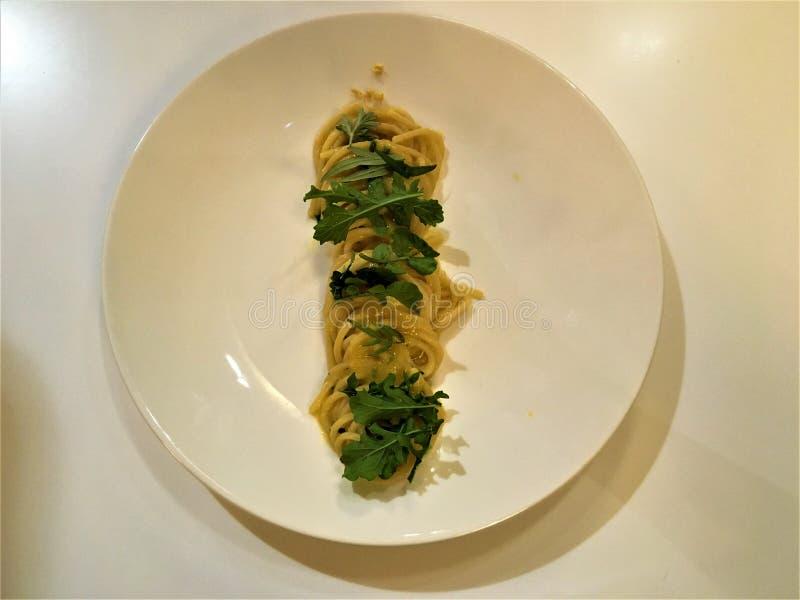 Artystyczny jedzenie, spaghetti i rośliny, fotografia stock