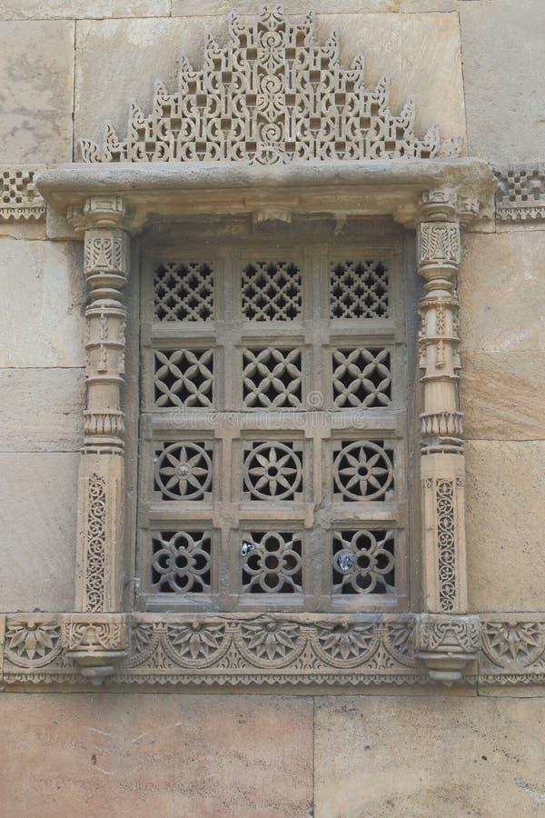 Artystyczny kamienny cyzelowanie okno, Islamski antyczny historyczny architektura obraz royalty free