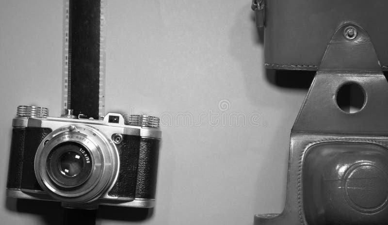 Artystyczny pojęcie na drewnianym tle z starą retro rocznik kamerą i film obdzieramy przestrzeń w czarny i biały i kopiujemy fotografia royalty free