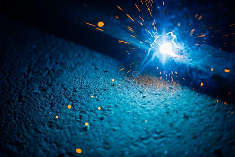 Artystyczny spaw iskier światło, przemysłowy tło zdjęcie stock