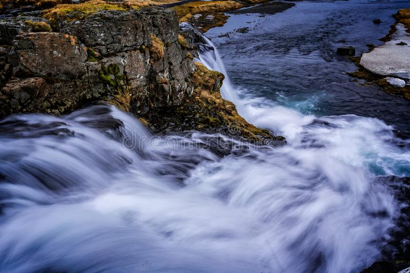 Artystyczny spojrzenie przy władzą spada przy górą Kirkjufell woda zdjęcie stock