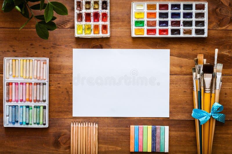 Artystyczny tła pojęcie, kreatywnie sztuki pracy akcesorium dostawy ustawiać, albumu papier, farb muśnięcia, paintbox z akwarelam obraz stock