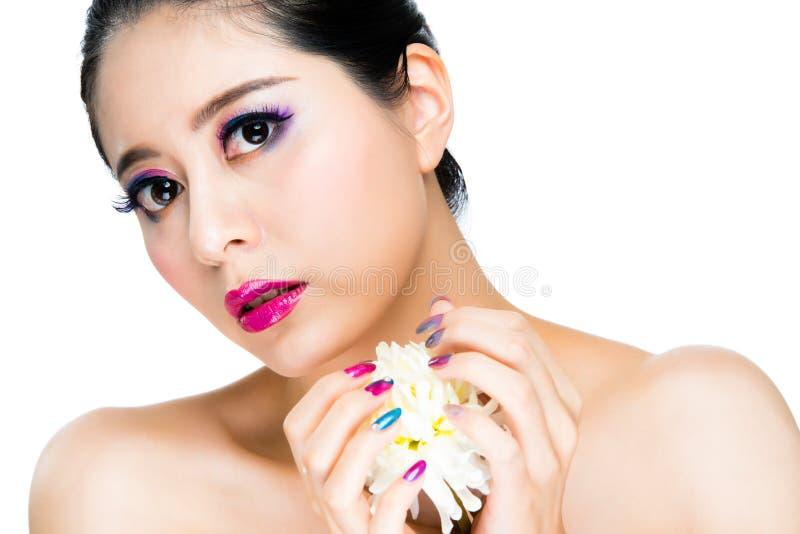 Artystyczny wyrażeniowy dziewczyna modela mienia kwiat obraz stock