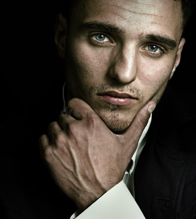 artystycznych niebieskich oczu przystojny mężczyzna portret zdjęcie stock