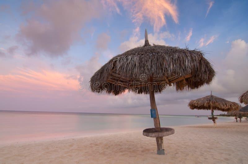 aruba海滩掌上型计算机日出 库存照片