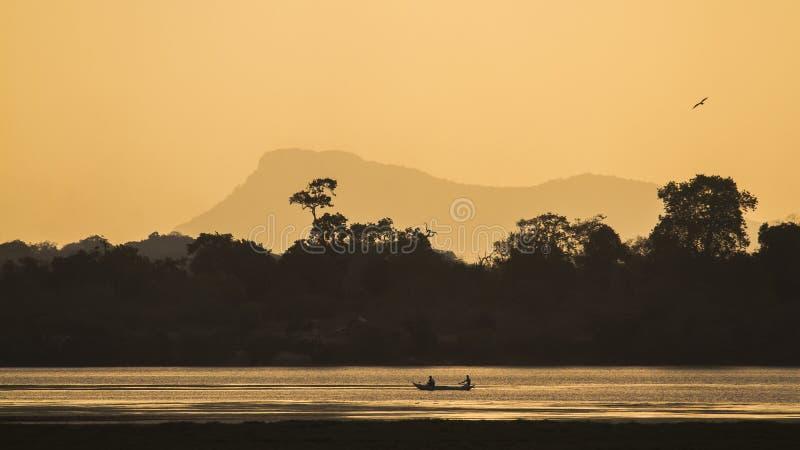 Arugam海湾与渔夫小船的盐水湖风景在斯里兰卡 免版税库存照片