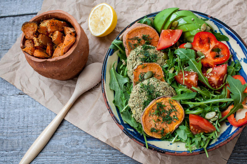 Arugula, gebratene Koteletts des strengen Vegetariers Linse, backte Süßkartoffel lizenzfreie stockbilder