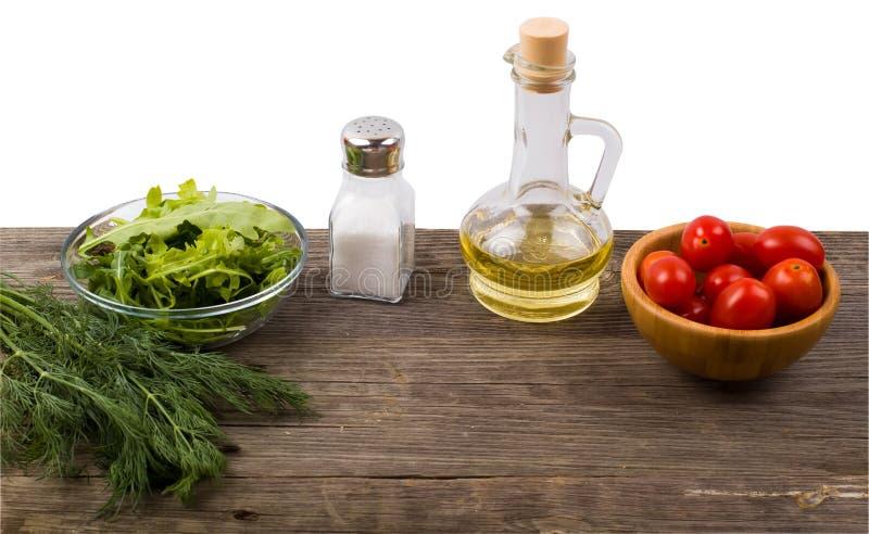 Arugula, gräsplaner, tomater och kryddor arkivbild