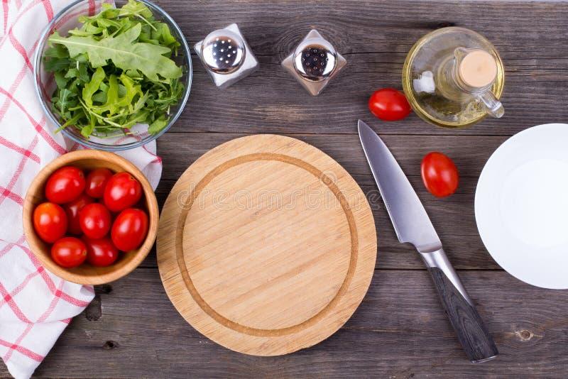 Arugula, gräsplaner, tomater och kryddor royaltyfria bilder