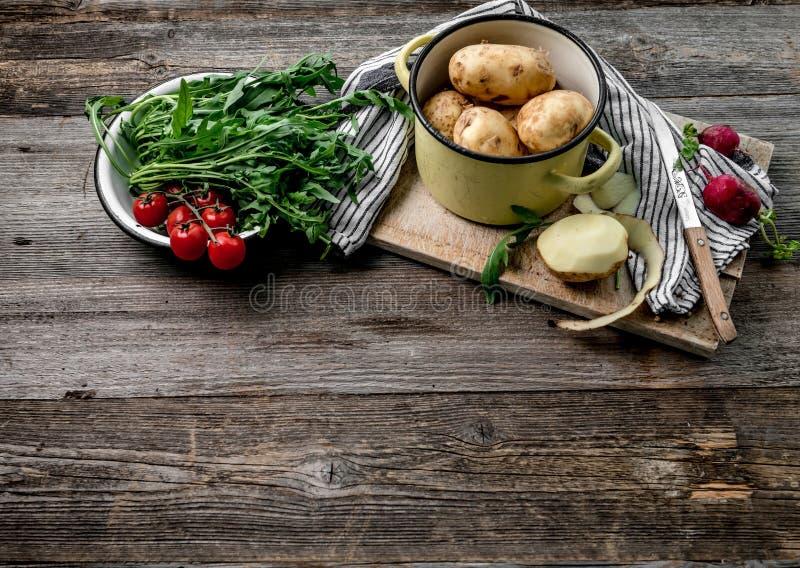 Arugula recién cosechado, tomates, patatas peladas fotos de archivo libres de regalías