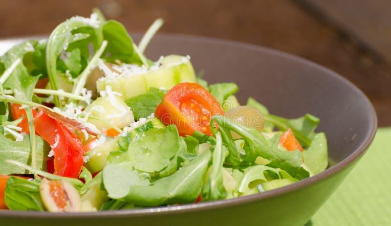 Arugula sałatka z pomidorami, oliwkami i parmesan, obrazy stock