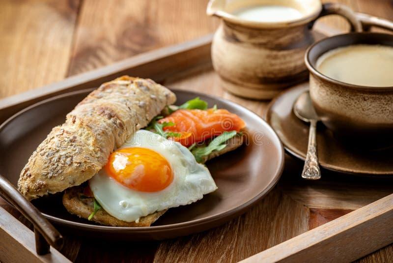 Arugula, salmone e uovo in manetta, colazione artigianale fotografie stock