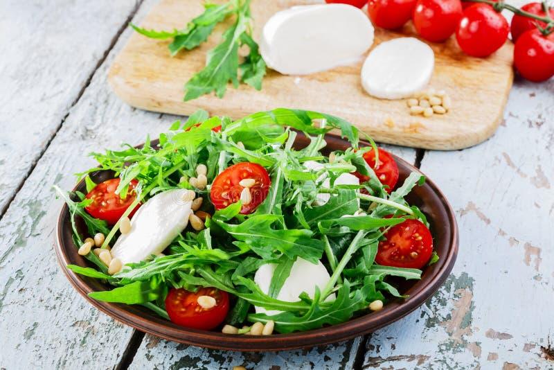 Arugulasalat mit Mozzarella stockbilder