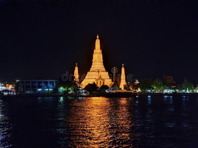 Arun Temple och floden Chao Phraya, Landmark of Bangkok, Thailand royaltyfria foton