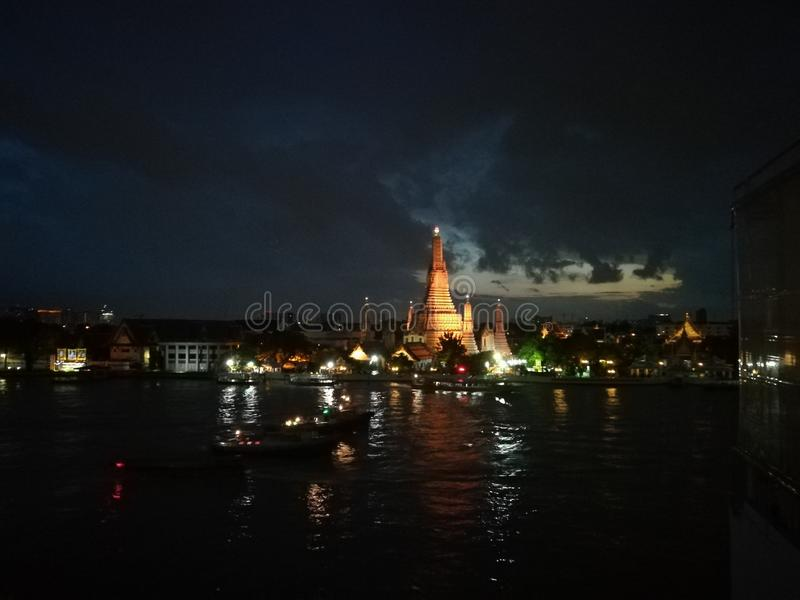 Arun Wat, Бангкок, буддийский висок к ночь стоковые фотографии rf