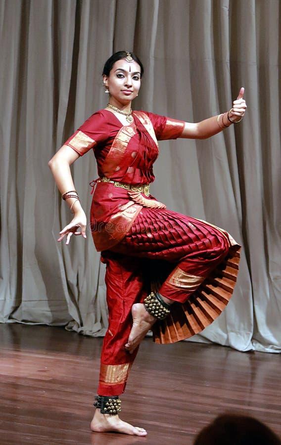 Aruna Kharod som utför klassisk dans för bharatanatyam i den Blanton konstmuseet arkivbilder