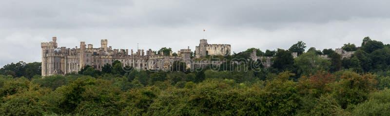 """ARUNDEL ENGLAND, UK †""""AUGUSTI 11 2018: Sikt av den Arundel slotten som tas från dess östliga sida arkivbild"""