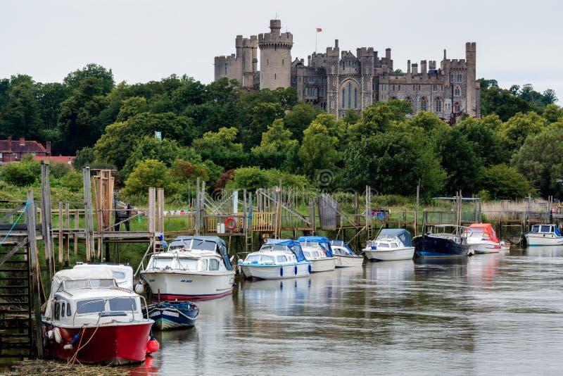ARUNDEL VÄSTRA SUSSEX/UK - JUNI 24: Sikt längs floden till Arun fotografering för bildbyråer