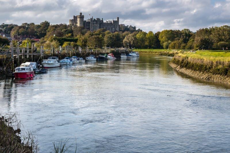 ARUNDEL VÄSTRA SUSSEX/UK - SEPTEMBER 25: Sikt upp floden till Arunde arkivbilder
