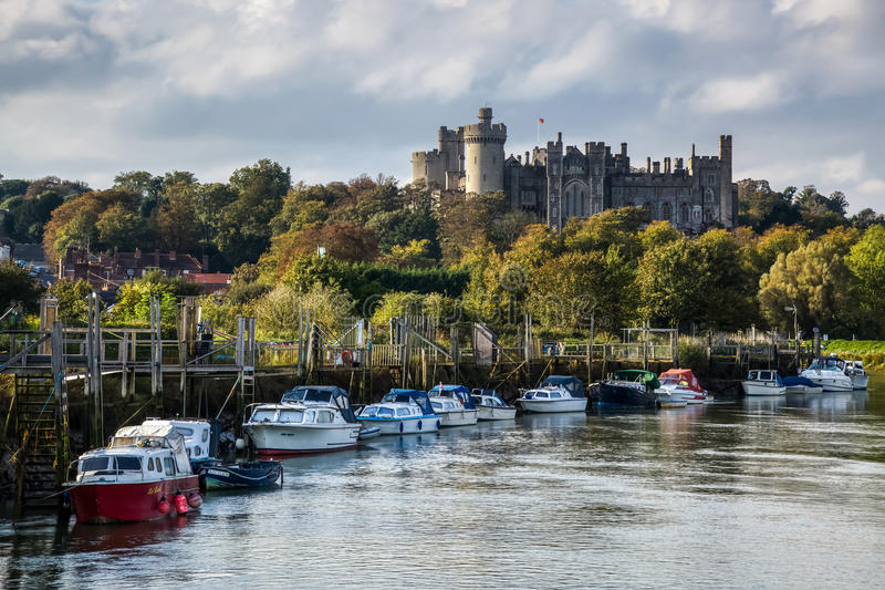 ARUNDEL VÄSTRA SUSSEX/UK - SEPTEMBER 25: Sikt upp floden till Arunde royaltyfri fotografi