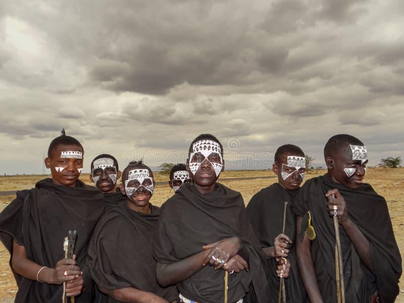 Arusha, Tanzânia - em agosto de 2012 Os guerreiros novos não identificados de Maasai, o Maasai são os mais conhecidos de todo o é fotos de stock