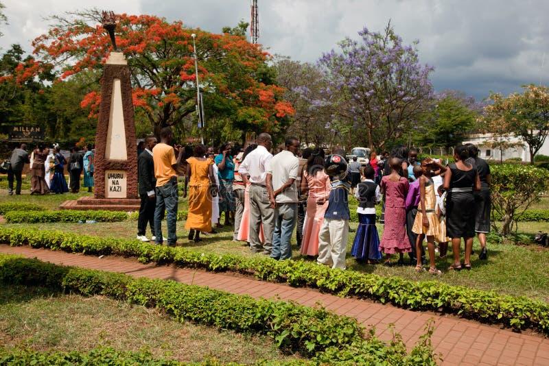 ARUSHA, TANZANIA en ÁFRICA. Un grupo de personas que celebra boda fotos de archivo libres de regalías