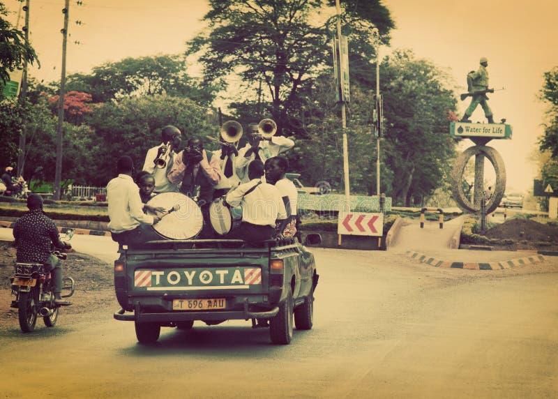 ARUSHA, TANZANIA w AFRYKA. Grupa młodzi człowiecy świętuje ich skalowanie fotografia royalty free