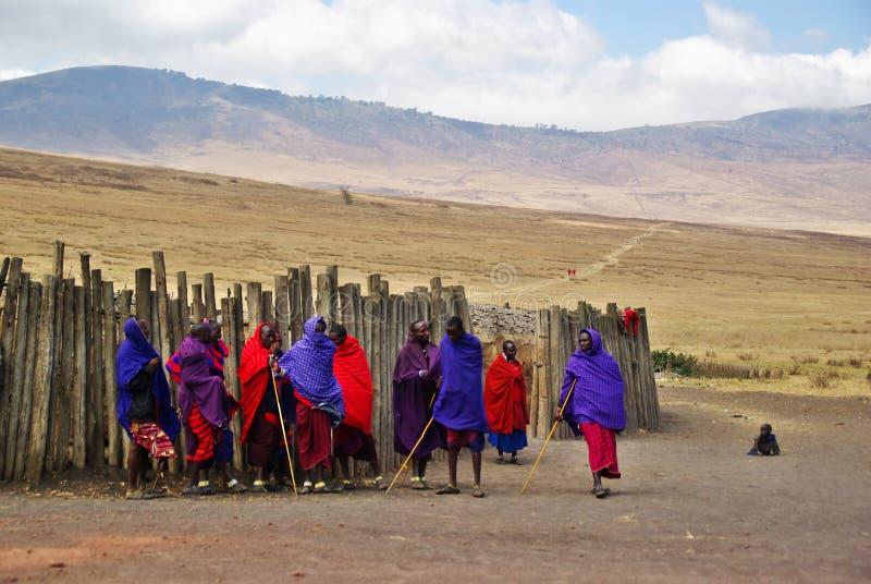 ARUSHA, TZ - ОКОЛО август 2010 - деревня Masai в Serengeti Nati стоковые изображения