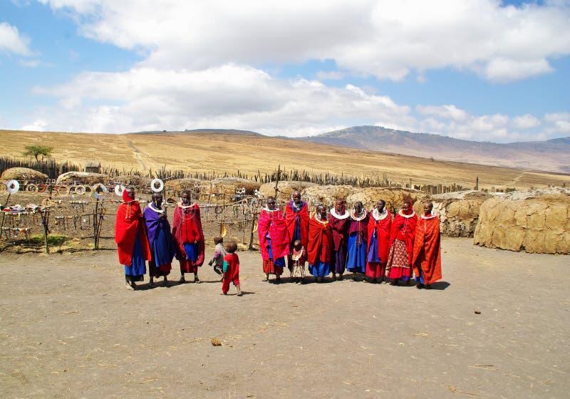 ARUSHA, TZ - CIRCA im August 2010 - Masaidorf in Serengeti lizenzfreie stockfotos