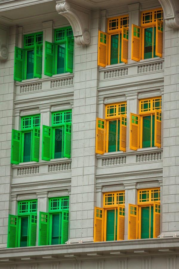 Arv färgglade Windows i Singapore arkivfoton