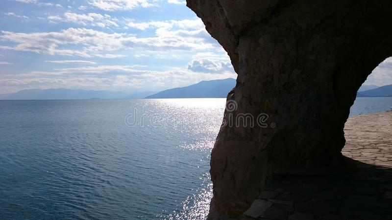 Arvanitia, Nafplio, Grèce, mer, nuages image stock