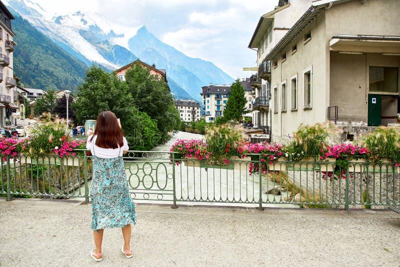 Arve flod, byggnader av Chamonix och Mont Blanc Massif royaltyfri bild