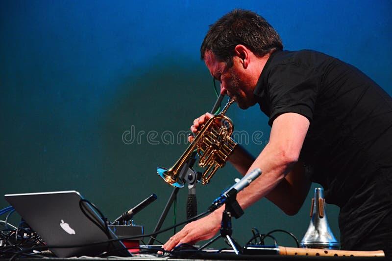 Arve Henriksen som spelar pickolaflöjttrumpeten, medan flytta den MIDI kontrollanten, Elektrarna Piestany, Slovakien, 25th av aug royaltyfri bild