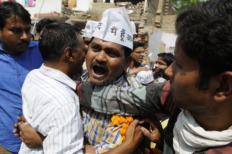 Arvind Kejriwal que es abrazado imagenes de archivo