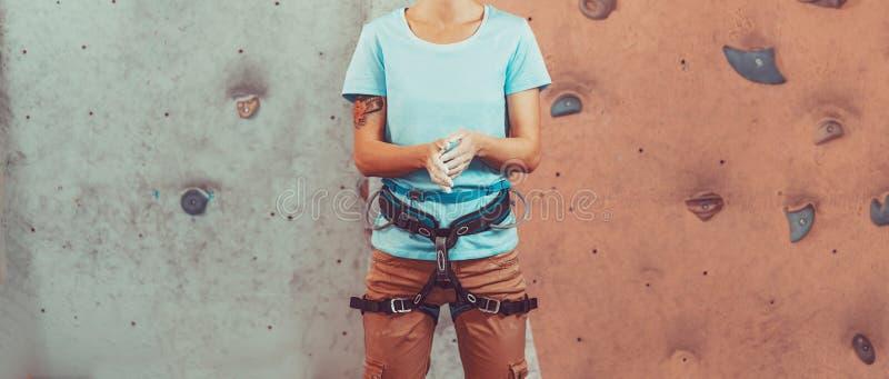 Arywista kobieta pokrywa jej ręki w magnezi zdjęcia stock