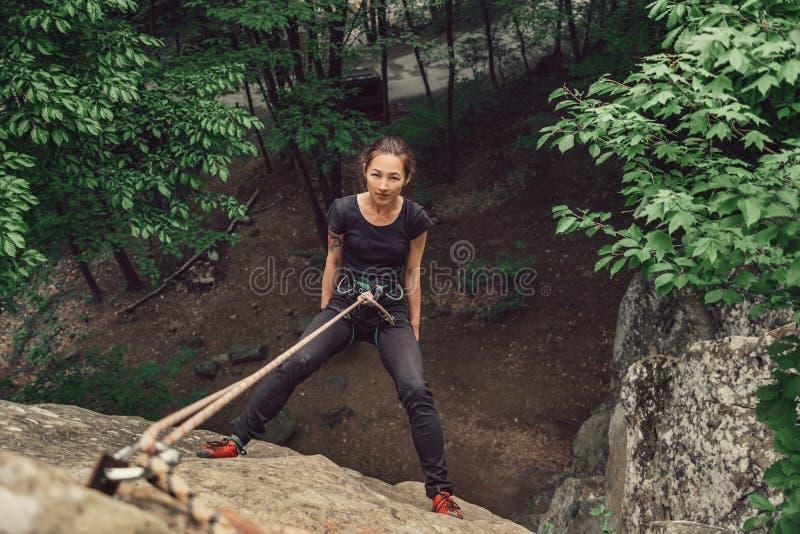Arywista młodej kobiety pozycja na kamień skale fotografia royalty free