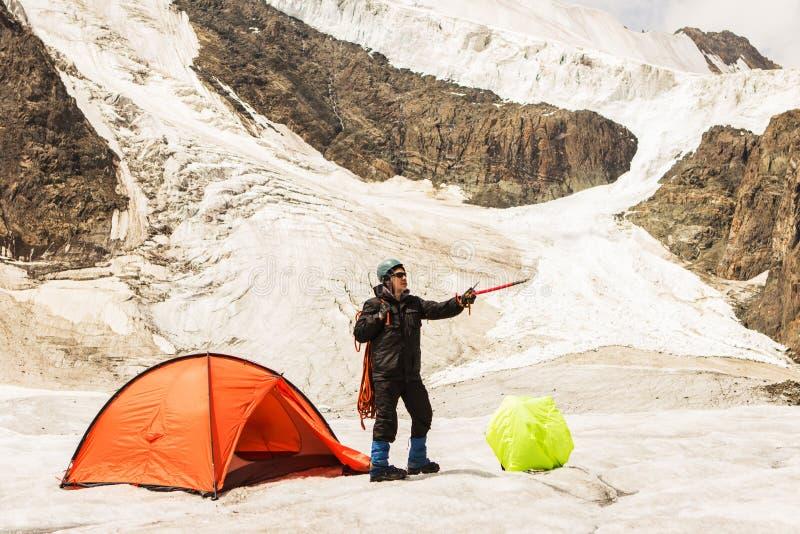 Arywista stoi blisko namiotu na lodowu zdjęcie stock
