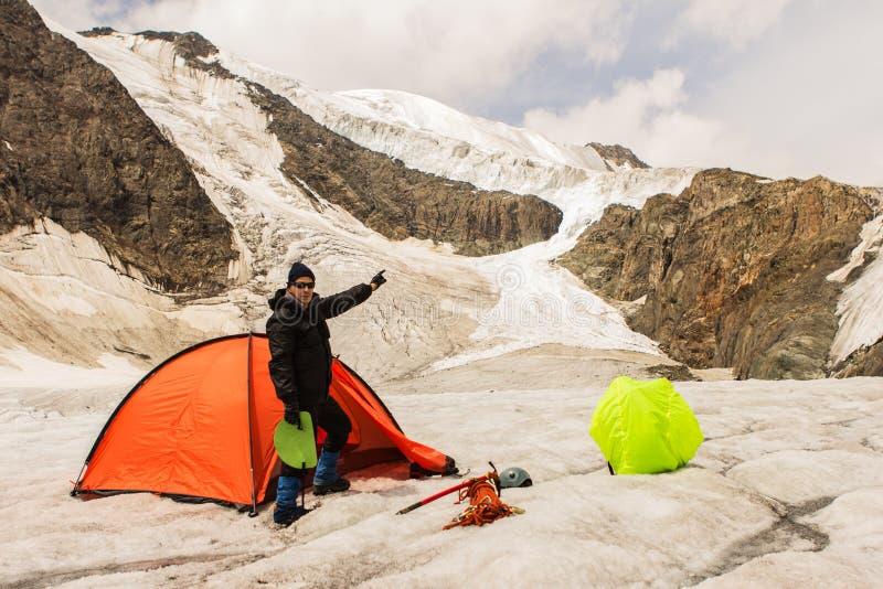 Arywista stoi blisko namiotu na lodowu obrazy royalty free