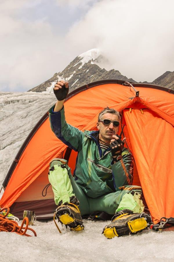 Arywista w górach powoduje pomoc obrazy stock