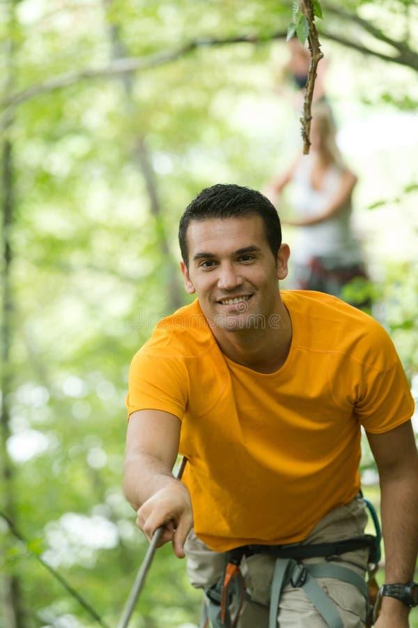 Arywisty mężczyzna w przygoda parku obraz stock
